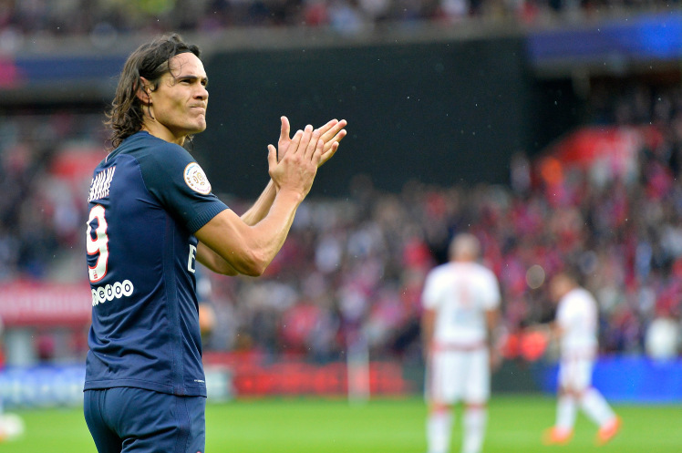 Edinson Cavani applauds the PSG fans. (Getty Images)