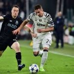 Juventus winger Marko Pjaca tries to dribble past his opponent. (Getty Images)