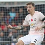 Manchester United defender Victor Lindelof passes the ball. (Getty Images)