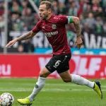 Hannover 96 midfielder Marvin Bakalorz in action. (Getty Images)