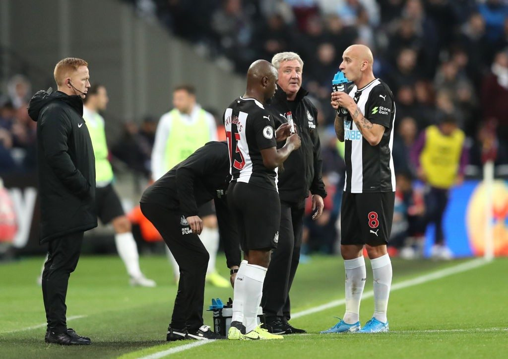 Newcastle United manager Steve Bruce discussing tactics with his players during a Premier League match. (Getty Images)