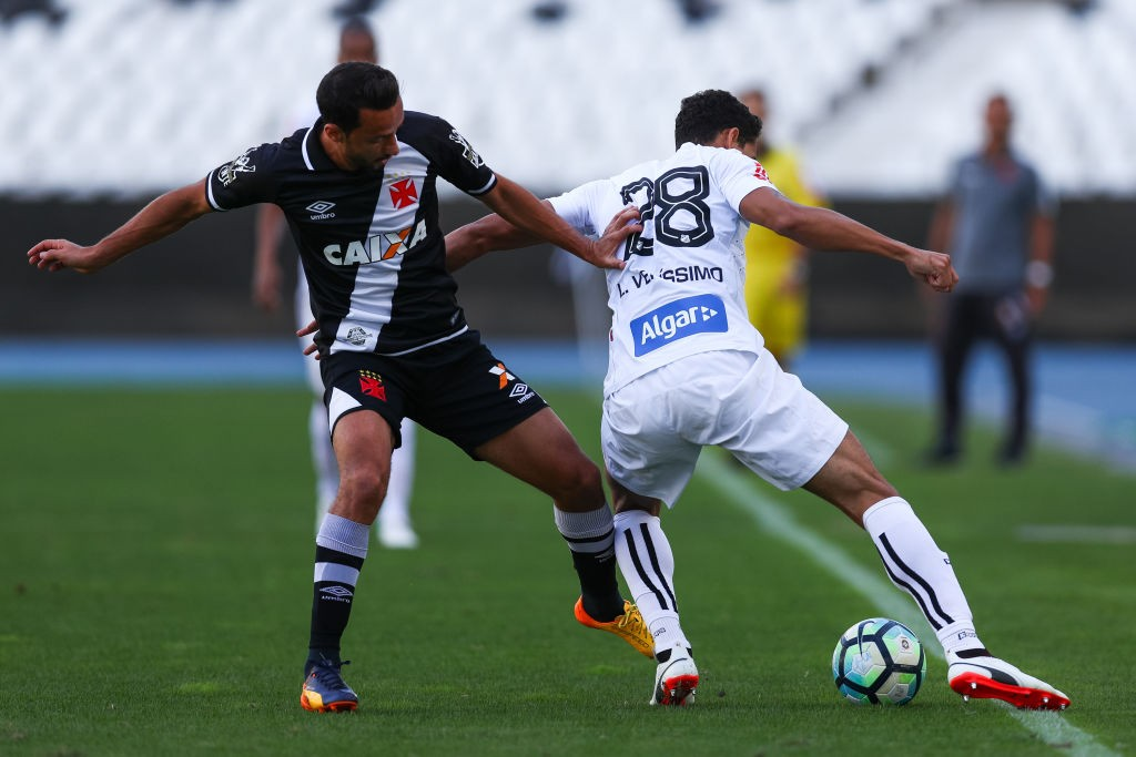 Nene (L) of Vasco da Gama struggles for the ball with Lucas Verssimo of Santos during a match between Vasco da Gama and Santos as part of Brasileirao Series A 2017 at Nilton Santos Stadium on July 16, 2017 in Rio de Janeiro, Brazil. (Getty Images)