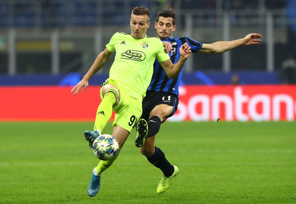 Mislav Orsic of Dinamo Zagreb is challenged by Remo Freuler of Atalanta BC during the UEFA Champions League group C match between Atalanta and Dinamo Zagreb at Stadio Giuseppe Meazza on November 26, 2019 in Milan, Italy. (Getty Images)